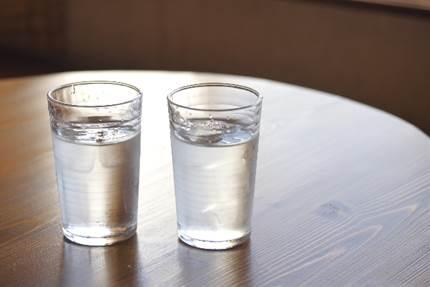 水を飲むとむくむ?本当のむくみの原因と水の飲み方とは?