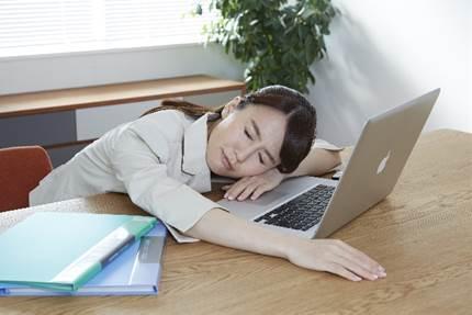 過労で倒れ込む女性