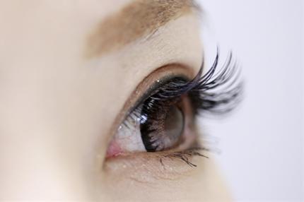 美しい目の女性