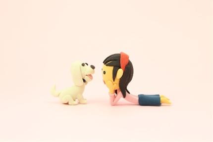 向かい合う犬と女の子