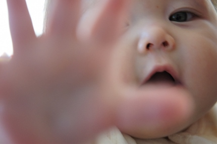 はしゃぐ赤ちゃん