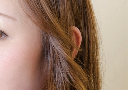 女性の綺麗な耳元