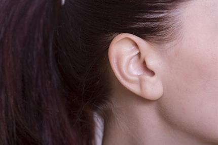 女性の頭と耳