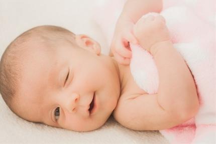 ウインクする赤ちゃん