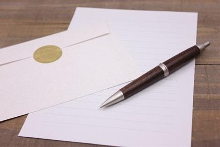 高級なペンと高級な封筒