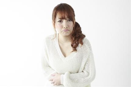 腹痛で苦しむ女性