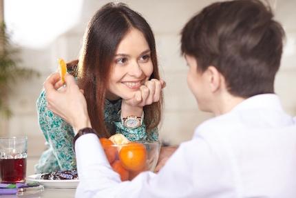 果物を食べるカップル